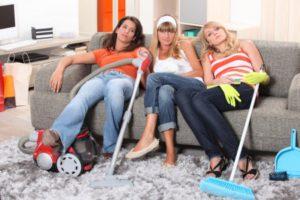 Fiatal-lányok-pihennek-takarítás-közben-450x300